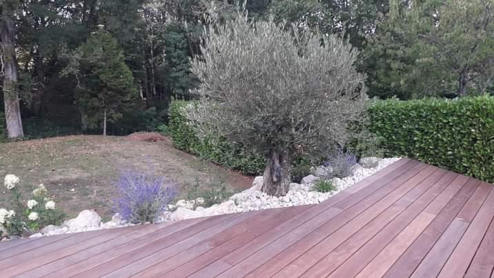 Terrasse bois exotique et rocailles