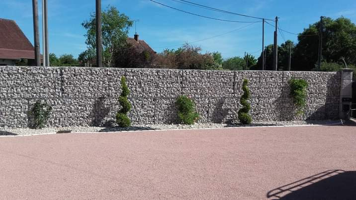 Mur en gabions et arbustes