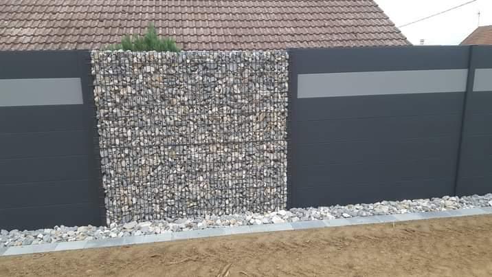 Panneaux occultants en aluminium et gabions